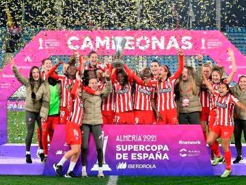 Las jugadoras del Atlético de Madrid levantan la Supercopa de España