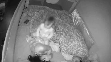 VÍDEO:Un bebé inquieto no para de jugar con su madre mientras está dormida