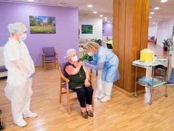 Araceli recibe la segunda dosis de la vacuna de Pfizer