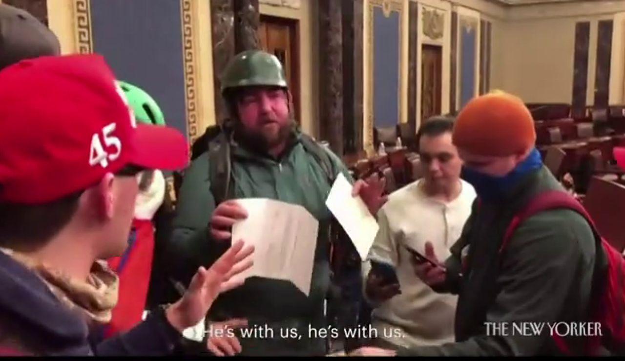 """Sale a la luz un vídeo inédito del asalto al Capitolio: """"Tiene que haber algo aquí que podamos usar contra estos cabrones"""""""