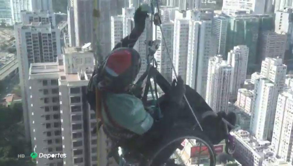 Lai Chi-Wai escala un rascacielos en silla de ruedas