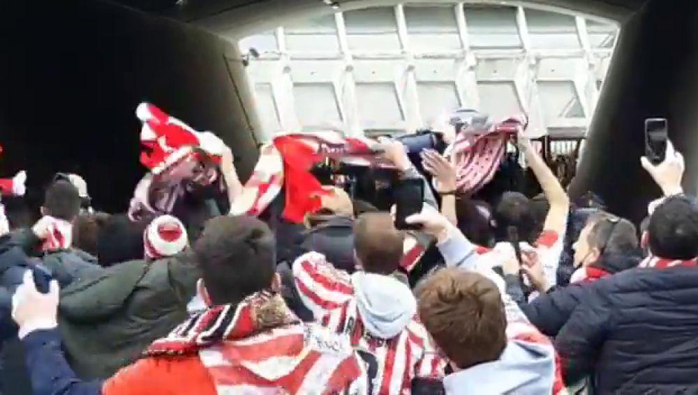 El espectacular recibimiento de la afición del Athletic a los jugadores a la llegada a Bilbao
