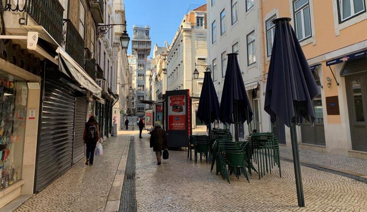 Céntrica calle de Lisboa con las terrazas cerradas