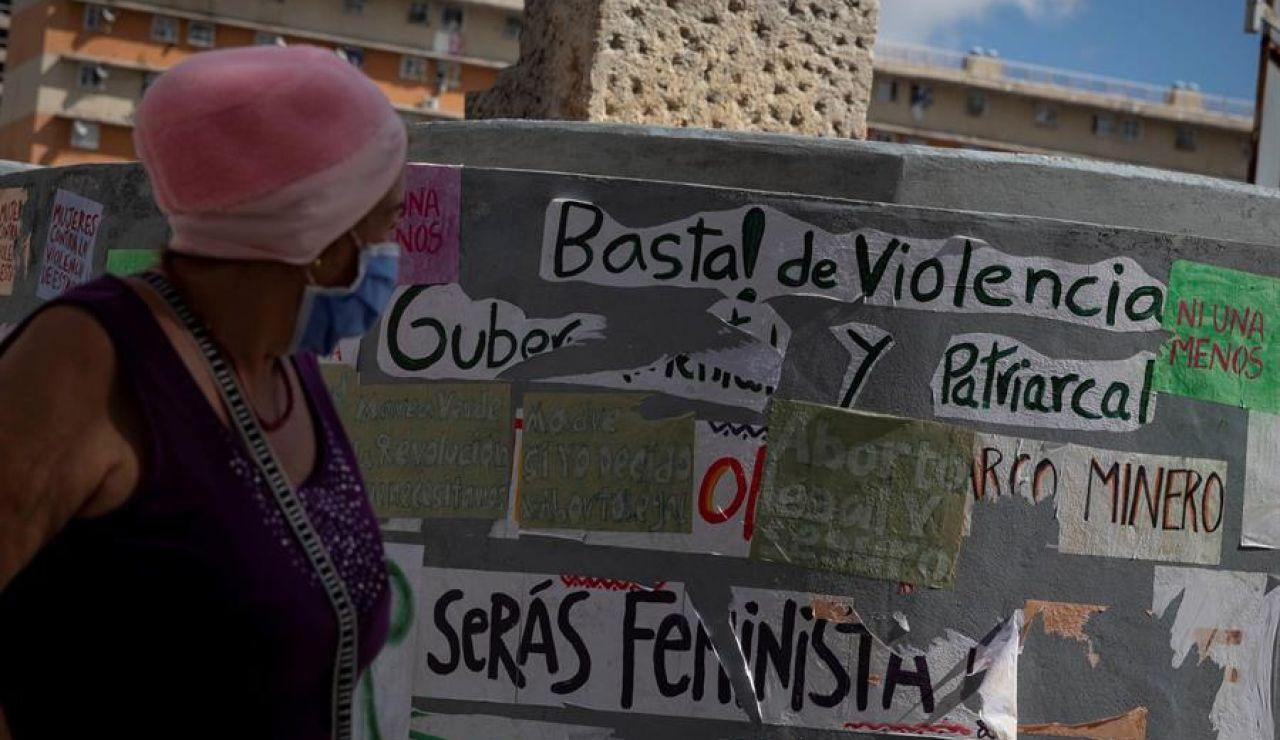 Una mujer camina frente a una pared con varios mensajes a favor del aborto, el 16 de enero de 2021, en Caracas (Venezuela).