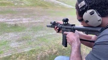 Jon Jones cazando un jabalí desde un helicóptero