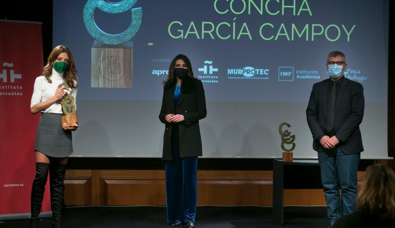 Eva Cabrero y Verónica Sanzrecogiendo el premio