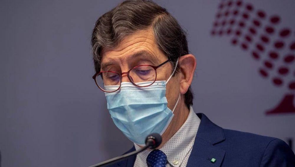 Dimite entre lágrimas el consejero de Salud de Murcia que se vacunó contra el coronavirus saltándose el protocolo