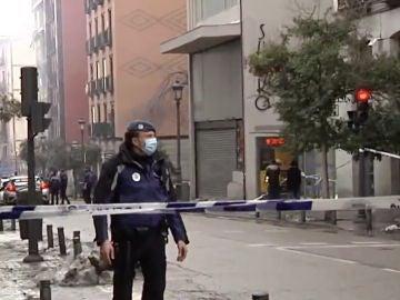 Un policía en la zona de la explosión