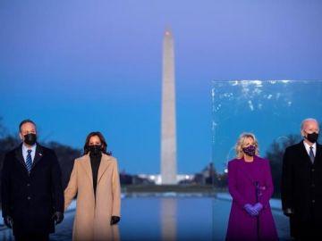 Joe Biden con su esposa Jill Biden y Kamala Harris con su esposo Doug Emhoff