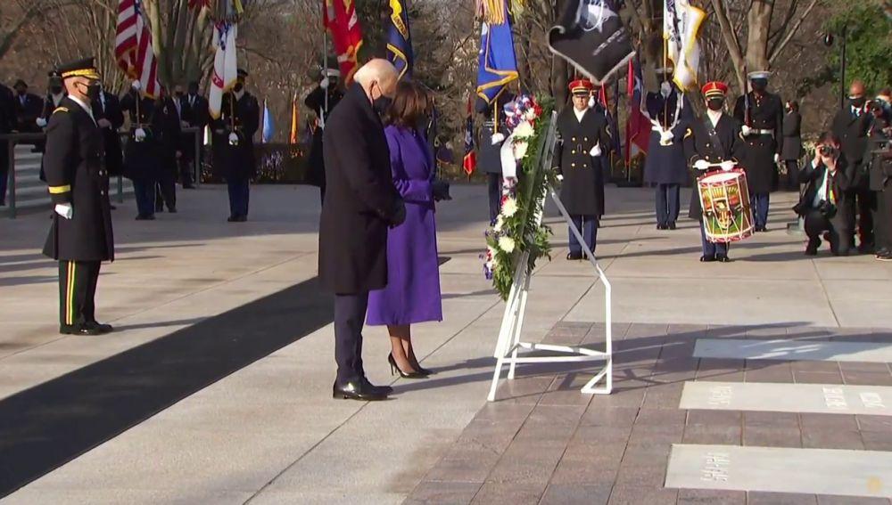 Joe Biden y Kamala Harris rinden homenaje a la tumba del soldado desconocido en el Cementerio de Arlington