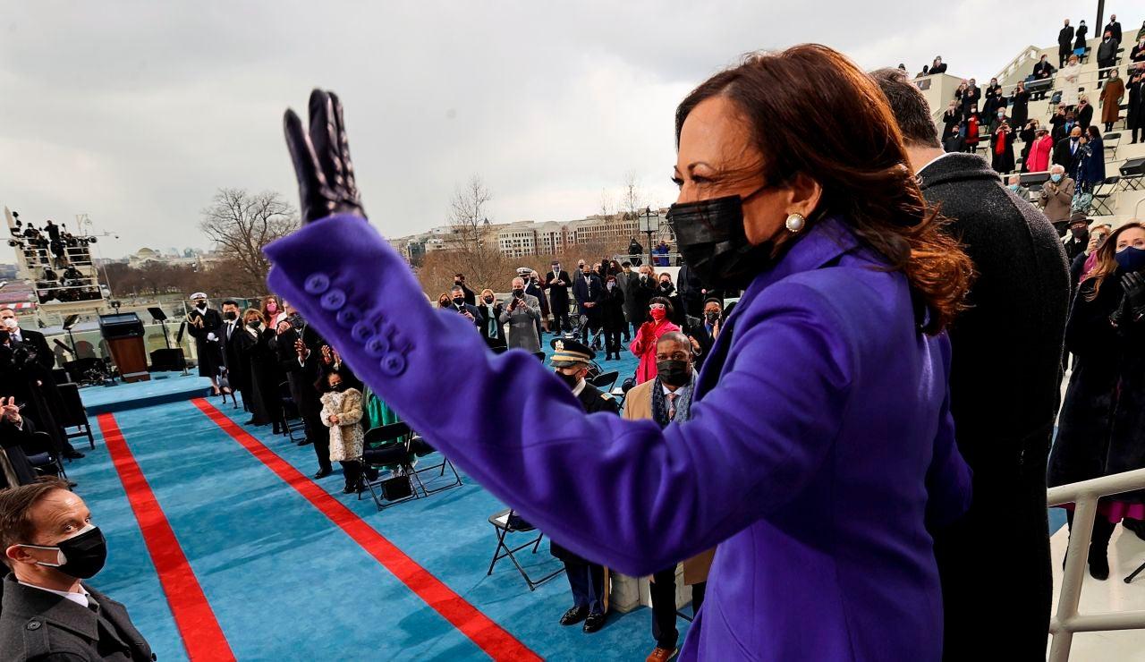 Kamala Harris saluda antes de jurar su cargo