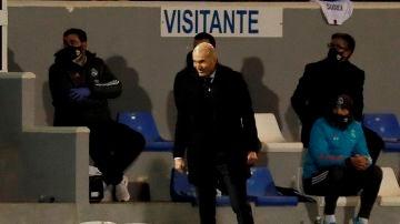 Zidane sonríe en la banda del estadio El Collao, en Alcoy