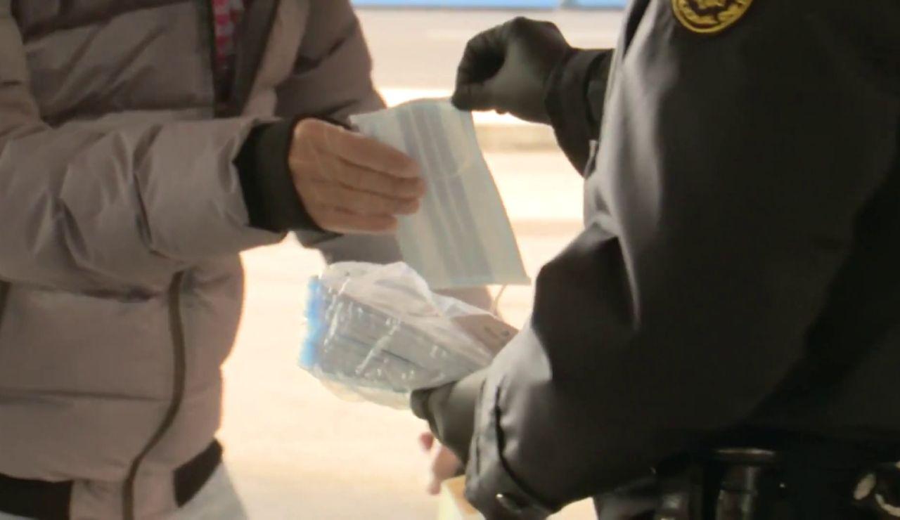 Una persona entra en la cárcel por obligarse a utilizar la mascarilla