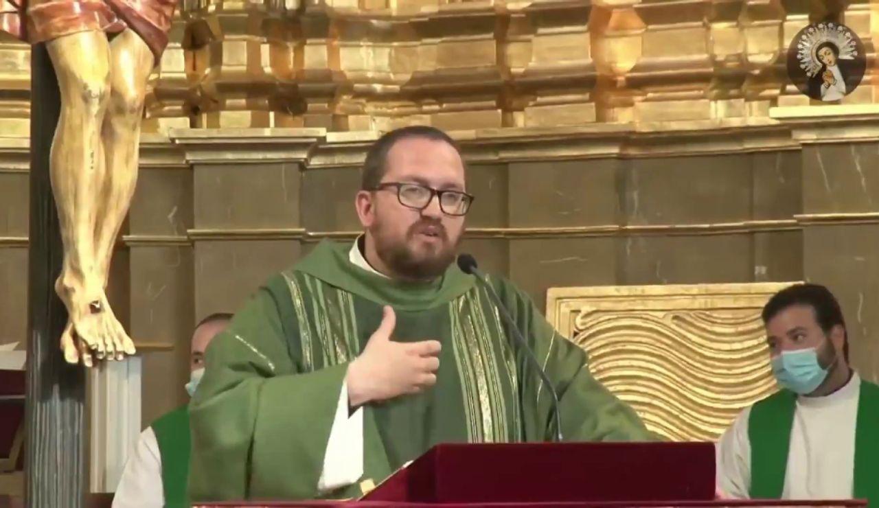 El hermano del párroco fallecido en la explosión de la calle Toledo le da la extramaunción