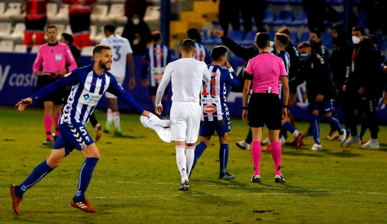 El defensa del Alcoyano, Raúl, celebra su pase a los octavos de la Copa del Rey tras derrotar el Real Madrid