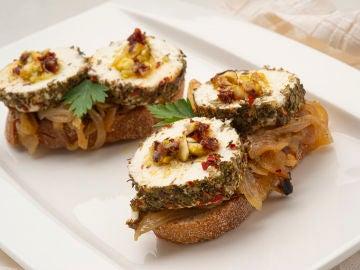 """El picoteo """"muy bien apañado"""" de Karlos Arguiñano: bocados de queso con cebolla caramelizada"""