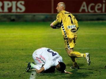 José Juan, portero del Alcoyano, en acción ante el Real Madrid