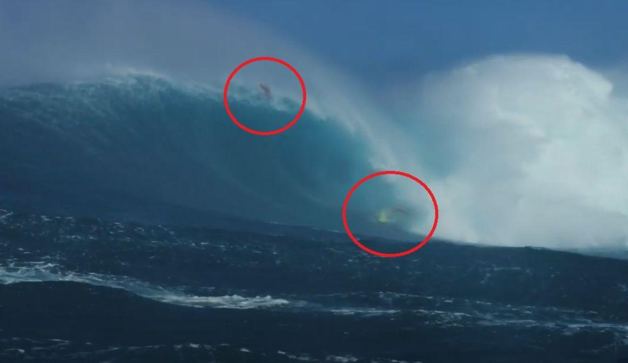 Dos surfistas engullidos por una ola gigante en Jaws