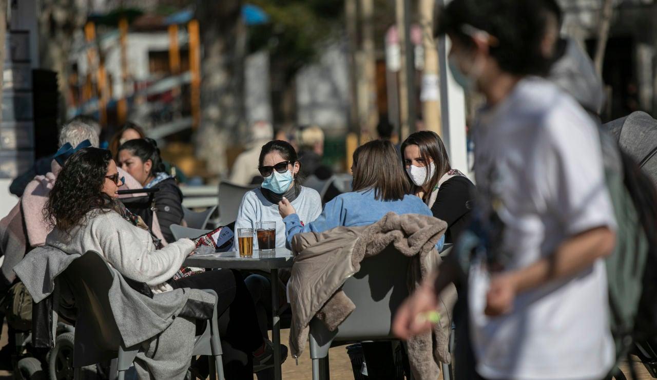 Cuatro personas en la terraza de un bar en Sevilla