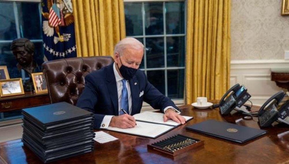 Joe Biden llama por teléfono a una mujer desempleada de California
