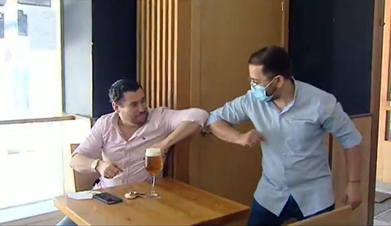 Dos hombres dándose el codo