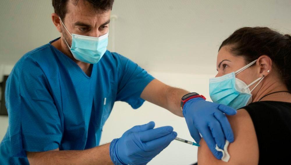 Cataluña ordena vacunar a todo el personal de los hospitales contra el coronavirus