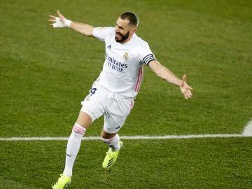 Benzema celebra un gol contra el Alavés