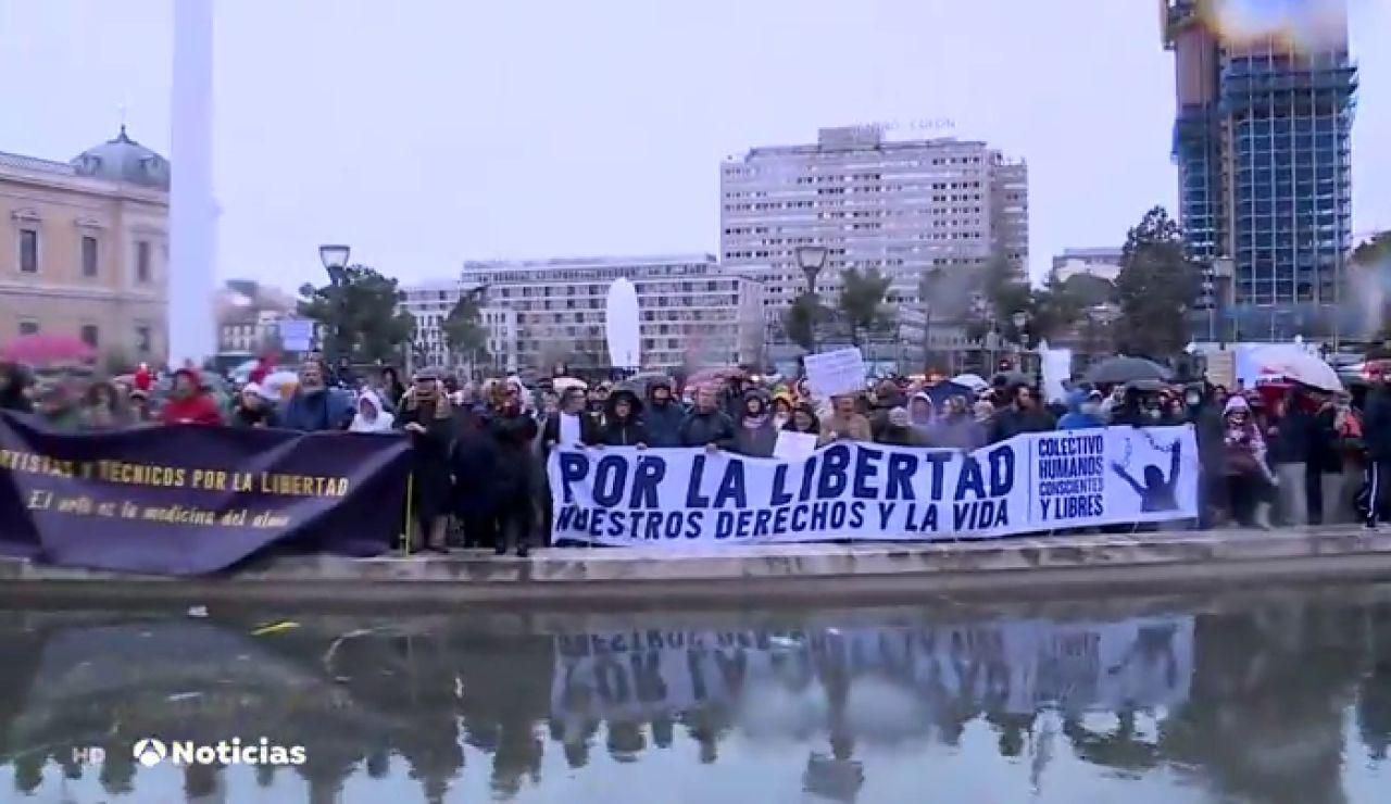 """Centenares de negacionistas marchan por Madrid al grito de """"Illa, Illa, Illa, fuera mascarillas"""""""