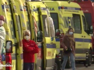 Una cola de ambulancias espera a las puertas de un hospital a que queden camas libres