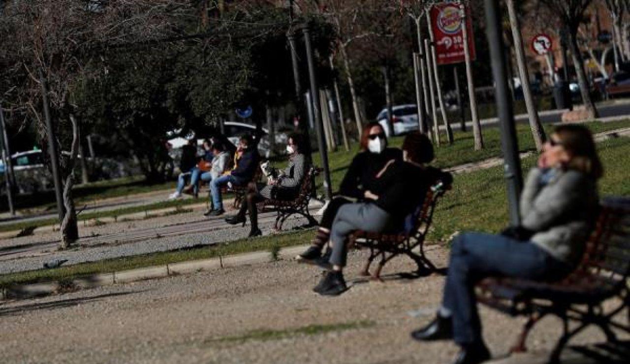 Madrid, Comunidad Valenciana y País Vasco endurecen desde hoy sus restricciones ante el coronavirus: Imágenes de varias personas en un parque guardando las medidas de seguridad