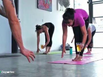 """El Beer Yoga, la modalidad del yoga que arrasa en medio mundo: """"El efecto que tiene la cerveza es relajante"""""""