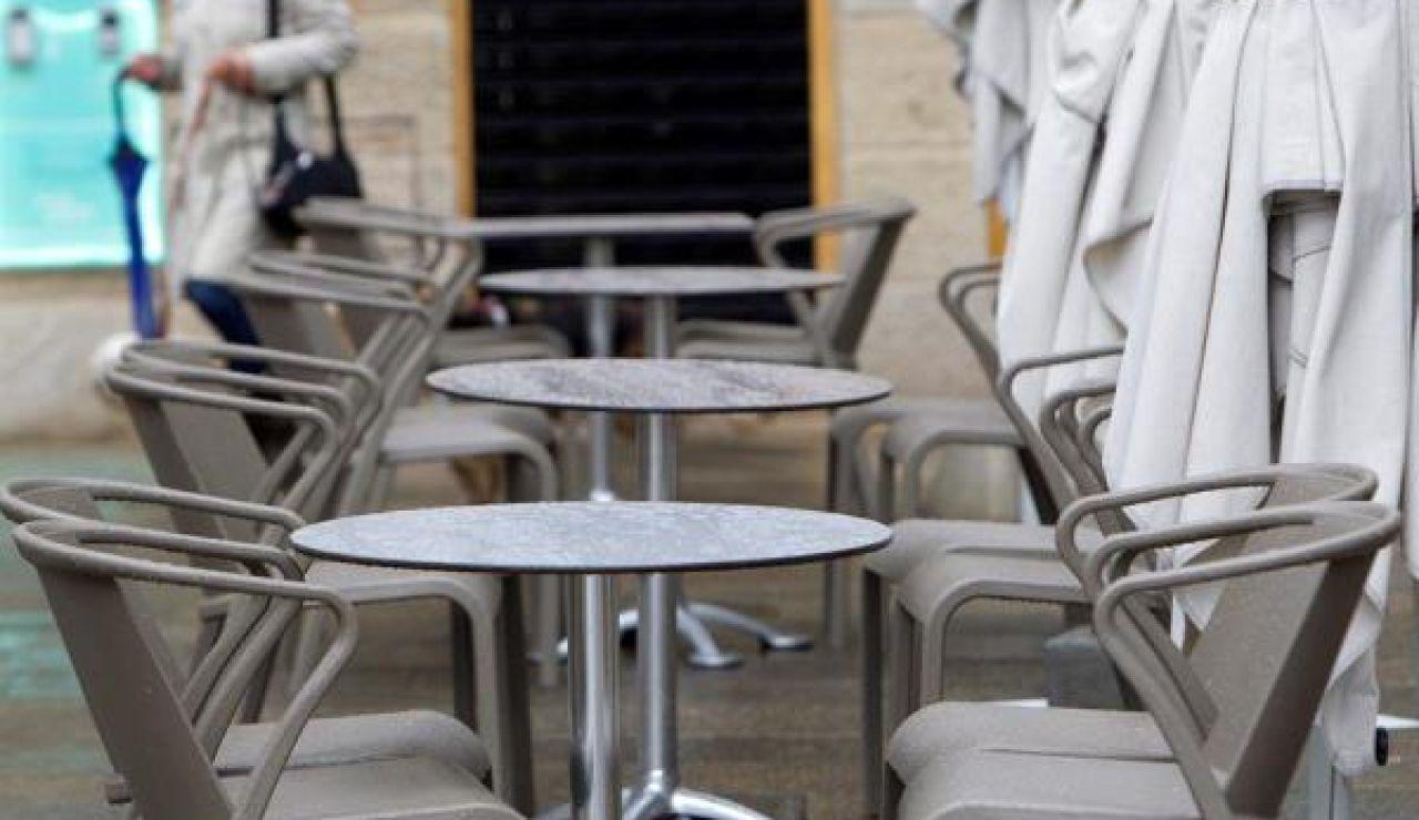 Estas son la restricciones en Galicia que entran en vigor esta medianoche: Imagen de la terraza de un bar de Vigo cerrada