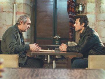 Enver y Arif llaman a Sarp para comprobar si se trata de una nueva trampa