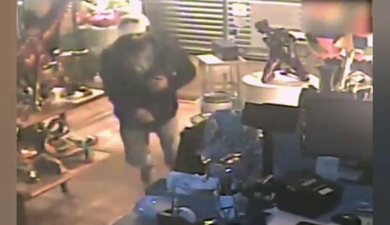 Pillan a un ladrón cuando cayó de un falso techo de un comercio de Barcelona mientras intentaba robar