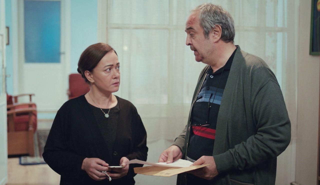 Enver recibe un misterioso sobre de Sarp para Bahar