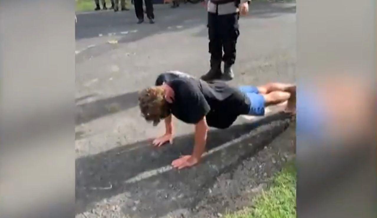 La policía de Bali castiga con 50 flexiones a los turistas que no lleven mascarilla