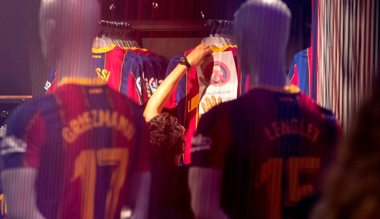 Maniquís con camisetas de Griezmann en una tienda del Barcelona