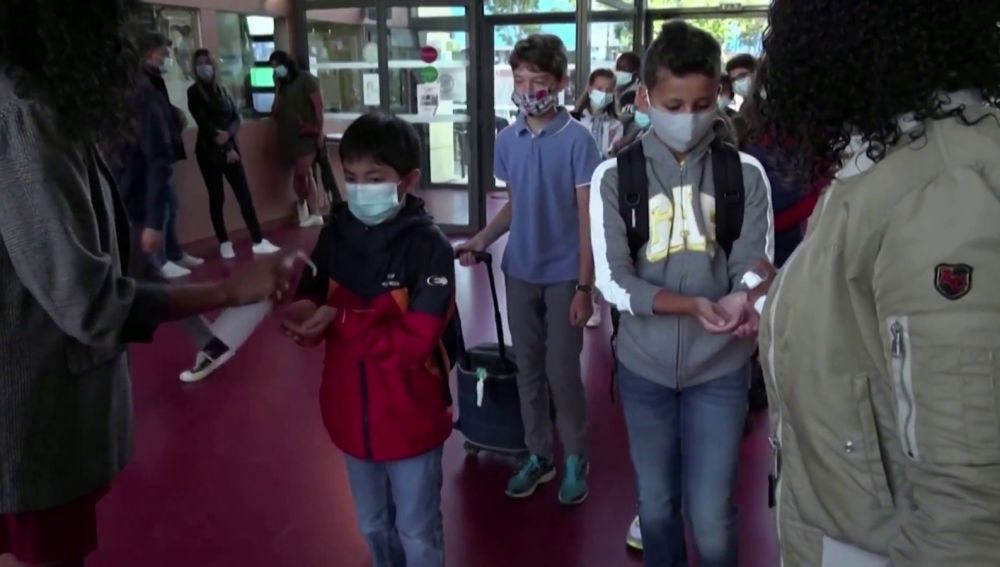 Francia prohíbe las mascarillas de tela en los colegios e impone el uso de las quirúrgicas para frenar el coronavirus
