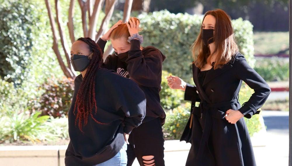 Angelina Jolie y sus hijas apuestan por el negro