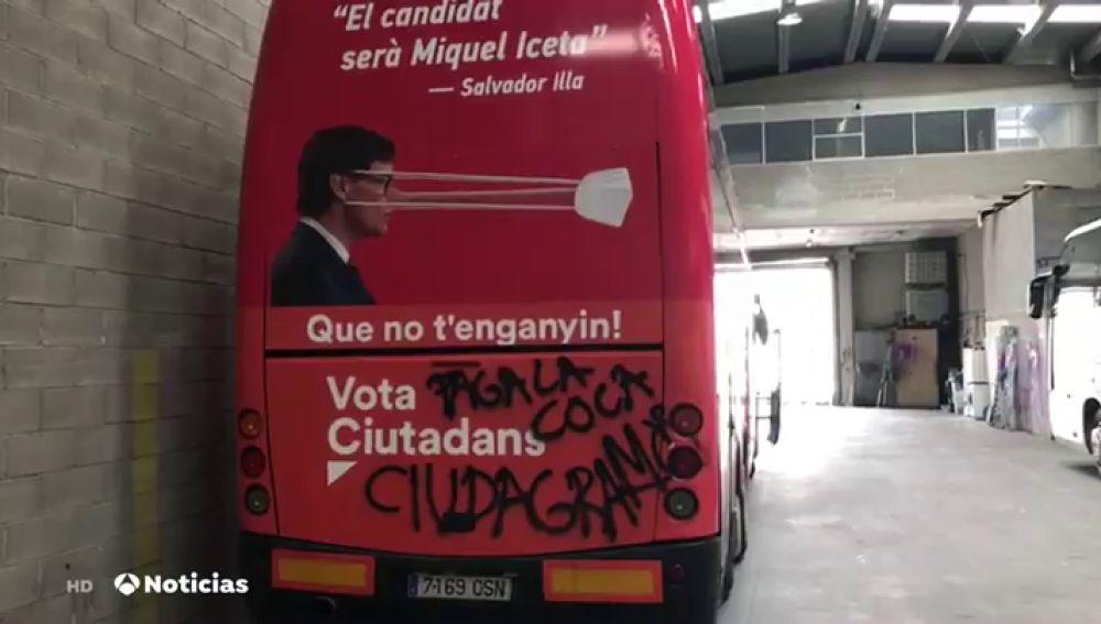 """Un autobús electoral de Ciudadanos amanece pintado en Girona: """"Paga la coca Ciudagramos"""""""