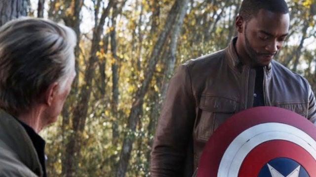 Capitán América entregando el escudo a Falcon