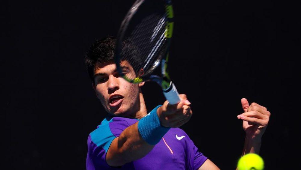 Carlos Alcaraz, gran promesa del tenis español con 17 años, debuta en Australia con victoria en su primer Grand Slam