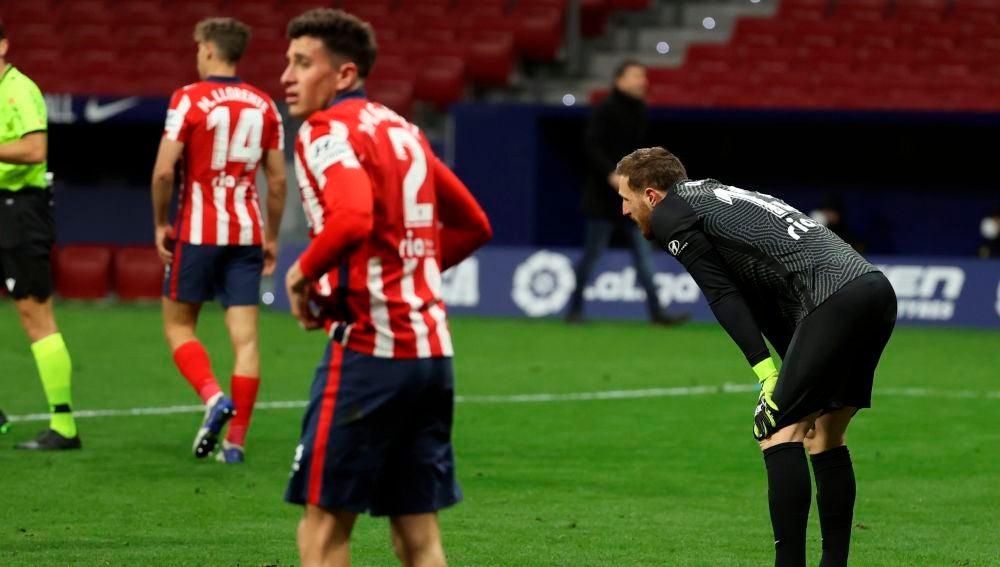 Los jugadores del Atlético de Madrid Jan Oblack y José María Giménez