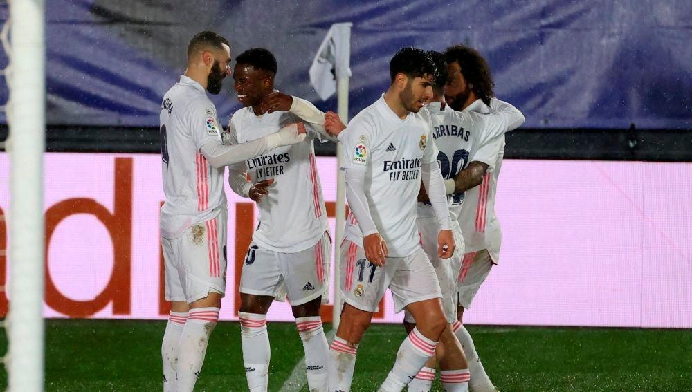 Los jugadores del Real Madrid celebran el gol de Mendy