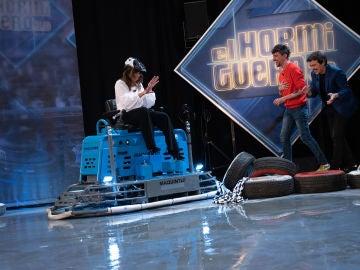 Nuria Roca pierde el control y atropella a Javier Veiga con una fratasadora en 'El Hormiguero 3.0'