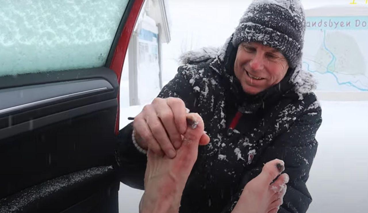 Un atleta noruego bate el Récord Guinness de correr una media maratón sobre la nieve totalmente descalzo