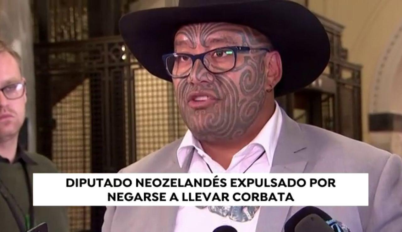 """Expulsan al diputado maorí Rawiri Waititi del parlamento por no llevar corbata: """"Nunca entregaré mi cultura"""""""
