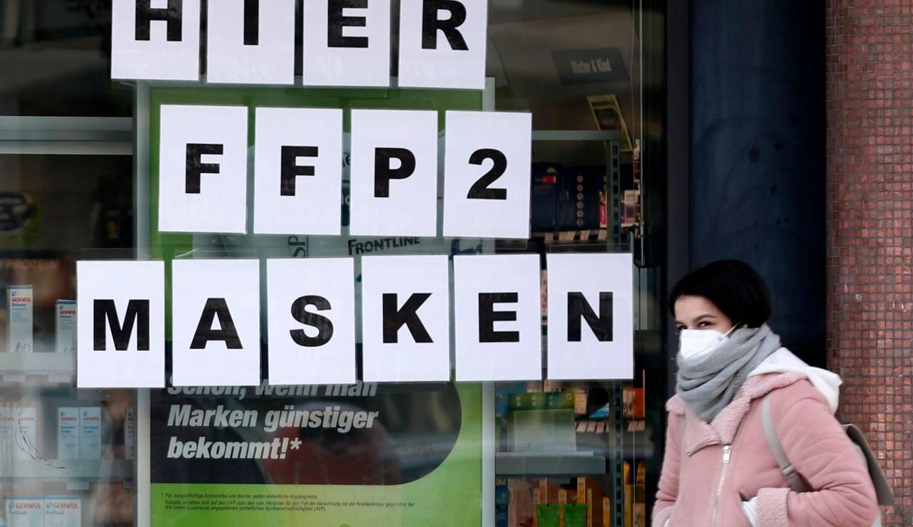 Una mujer pases con su mascarilla puesta por las calles de Berlín