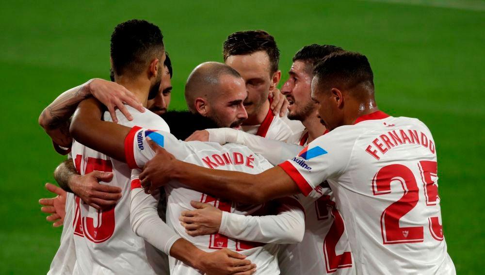 Los jugadores del Sevilla celebran un gol ante el Barcelona