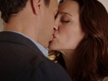 El primer beso entre Daniel y Cristina que demuestra su deseo oculto